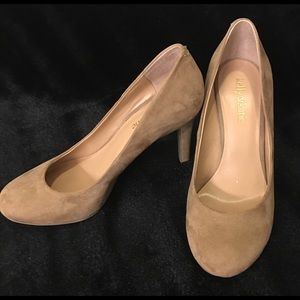 Suede nude pumps